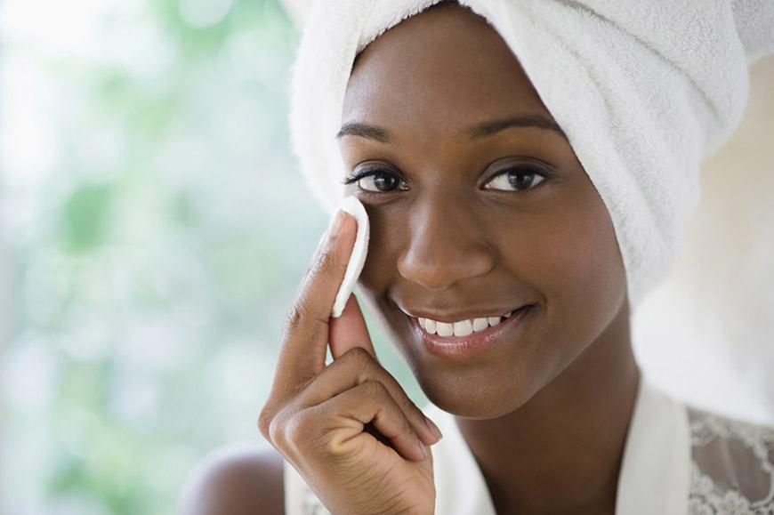Limpe sua pele regularmente - 5 dicas para manter sua pele saudável e jovem - Dermatologista Curitiba