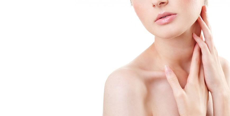 Um lifting de pescoço melhora a aparência da região, ajustando a pele e os músculos subjacentes para melhorar o contorno.